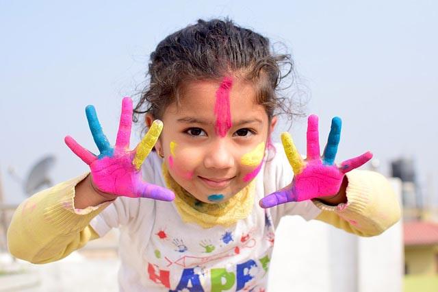 soutien scolaire en Vendée, enfant mains peinture